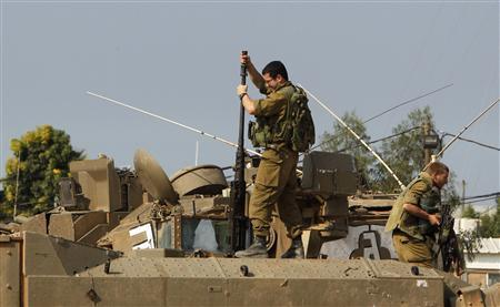 An Israeli soldier prepares a machine gun atop an armoured personnel carrier (APC) near the border with northern Gaza November 15, 2012. REUTERS/Ronen Zvulun
