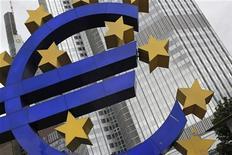 Символ евро у здания ЕЦБ во Франкфурте-на-Майне 11 июля 2012 года. Ведущие представители Евросоюза постарались исключить всякую возможность списания национальными правительствами греческого долга после того, как представитель Европейского центробанка впервые завил, что это возможно. REUTERS/Alex Domanski