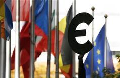 Estátua representando o euro é vista próxima a bandeiras dos países membros da União Europeia em Bruxelas, na Bélgica. A crise da dívida arrastou a zona do euro para sua segunda recessão desde 2009 no terceiro trimestre, apesar do modesto crescimento de Alemanha e França, segundo dados divulgados nesta quinta-feira. 12/10/2012 REUTERS/Francois Lenoir