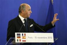 Ministro de Relações Exteriores francês, Laurent Fabius, discursa durante coletiva de imprensa após reunião sobre defesa europeia, em Paris. A França vai discutir nas próximas semanas com seus parceiros europeus o fornecimento de armas para as forças de oposição da Síria, agora que foi formada uma coalizão de oposição desses grupos, disse Fabius nesta quinta-feira. 15/11/2012 REUTERS/Charles Platiau