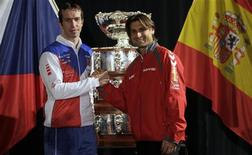 Czech Republic's Radek Stepanek (L) and Spain's David Ferrer pose for a picture after the draw for the Davis Cup final in Prague November 15, 2012. REUTERS/David W Cerny