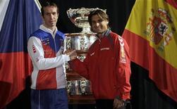 El número cinco del mundo, David Ferrer, será el viernes el encargado de iniciar el asalto del equipo español a su cuarta Copa Davis en cinco años frente al checo Radek Stepanek. En la imagen, Stepanek (izq) y Ferrer posan con el trofeo de la Davis de fondo. REUTERS/David W Cerny