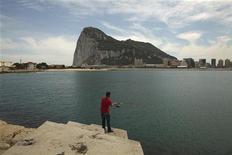 """Reino Unido condenó lo que calificó de """"incursiones provocativas"""" en aguas en torno al territorio británico de Gibraltar por parte de barcos aduaneros y de la Marina española, y convocó al embajador de España en Londres el jueves para expresar su preocupación por este asunto. En la imagen, un hombre pesca frente a Gibraltar en La Línea de La Concepción el 28 de mayo de 2012. REUTERS/Jon Nazca"""