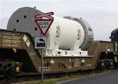 A cylinder containing nuclear waste is transported by rail from Barrow-In-Furness to Sellafield in this September 17, 2002 file photo. REUTERS/Ian Hodgson/Files