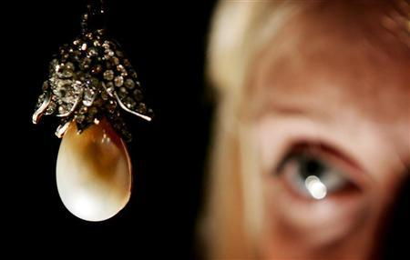 La Regente pearl, the fifth largest pearl known to exist, is seen before its auction at a preview at Christie's auctioneers in London, October 11, 2005. The pearl, originally from the French crown jewels and a gift from Emperor Napoleon I to his second wife Marie-Louise in 1811, is expected to fetch 300,000-480,000 pounds ($500,000 - $800,000) at auction in Geneva in November. REUTERS/Stephen Hird