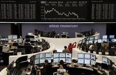 Las bolsas europeas cerraron a la baja el jueves y un índice bursátil clave tocó un mínimo de dos meses, tras unos datos que mostraron que la zona euro volvió a caer en recesión y asustaron a los inversores. En la imagen, unos operadores en la Bolsa de Fráncfort, el 14 de noviembre de 2012. REUTERS/Remote/Marthe Kiessling