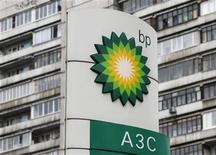 La petrolera británica BP se declaró culpable el jueves de los cargos criminales relacionados con el derrame de petróleo de 2010 en el golfo de México y acordó pagar 4.500 millones de dólares más, que se suman a las decenas de miles de millones ya abonados. En la imagen, un logo de BP en una gasolinera en Moscú, el 22 de octubre de 2012. REUTERS/Maxim Shemetov