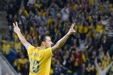 El memorable cuarto gol de Zlatan Ibrahimovic en la victoria por 4-2 de Suecia frente a Inglaterra el miércoles ha despertado el debate sobre su lugar en el panteón de los grandes goles. En la imagen, Ibrahimovic celebra su tercer gol frente a Inglaterra. REUTERS/Claudio Bresciani/Scanpix
