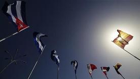 Bandeira espanhola (D) é vista ao lado de outras bandeiras em frente ao salão de congresso onde acontecerá a Cúpula Iberoamericana, em Cádiz, sul da Espanha. 15/11/2012 REUTERS/Marcelo del Pozo