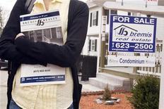 Possível compradora de casa visita condomínio em Medford, Massachusetts, em abril de 2009. Os preços ao consumidor nos Estados Unidos subiram em outubro, à medida em que os custos de moradia tiveram a maior alta em mais de quatro anos. 02/04/2009 REUTERS/Brian Snyder