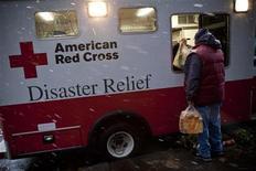 Vítima do furacão Sandy recebe comida de caminhão da Cruz Vermelha Americana, no bairro de Red Hook em Nova York. O caminho para a recuperação pode ser medido em exclamações, algumas de execração, outras de alegria. 07/11/2012 REUTERS/Andrew Burton