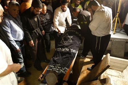 Men lower the body of Aaron Smadja, one of the three Israelis killed by a rocket fired from Gaza, during his funeral at a cemetery in the southern city of Kiryat Malachi November 15, 2012. Two rockets fired from the Gaza Strip targeted Tel Aviv on Thursday in the first attack on Israel's commercial capital in 20 years, raising the stakes in a showdown between Israel and the Palestinians that is moving towards all-out war. REUTERS/Ronen Zvulun