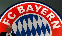 El líder de la Bundesliga, el Bayern de Múnich, anunció el jueves sus mejores resultados financieros en más de un siglo con unos beneficios de 11,1 millones de euros durante la temporada 2011/12 y una facturación de 332,2 millones a pesar de llevar dos años sin ganar ningún título. En la imagen, el presidente del bayern de Múnich, Uli Hoeness, en la junta anual de accionistas del club de la Bundesliga en Múnich, el 15 de noviembre de 2012. REUTERS/Michaela Rehle