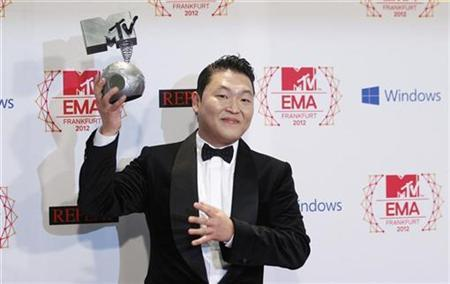South Korean singer PSY poses with his Best Video award backstage during the MTV European Music Awards 2012 show at the Festhalle in Frankfurt November 11, 2012. REUTERS/Lisi Niesner