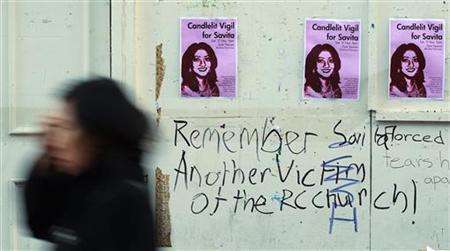 11月15日、アイルランドで中絶手術を断られたインド人女性が死亡したことが分かり、大きな議論を呼んでいる。写真は死亡した女性に祈りをささげる集会についてのポスター(2012年 ロイター/Cathal McNaughton)