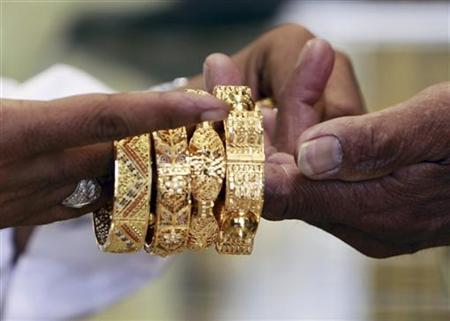 A Saudi jeweller shows a customer gold bangles in a jewellery shop at the surrounding area of the Grand Mosque during the annual haj pilgrimage in the holy city of Mecca October 20, 2012. REUTERS/Amr Abdallah Dalsh/Files