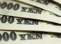 Купюры валюты иена в пункте обмена валюты Interbank Inc. в Токио 9 сентября 2010 года. Курс иены стабилизировался после падения до минимума 6,5 месяца в четверг на фоне ожиданий, что новое правительство Японии убедит центробанк снизить процентные ставки до нуля или ниже. REUTERS/Yuriko Nakao