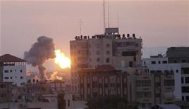 Israel suspenderá su acción ofensiva en la Franja de Gaza durante una visita de tres horas del primer ministro de Egipto al territorio el viernes, dijo un alto cargo del gobierno israelí. En la imagen, humo y fuego en la Ciudad de Gaza tras ataques aéreos israelíes, el 16 de noviembre de 2012. REUTERS/Ahmed Zakot