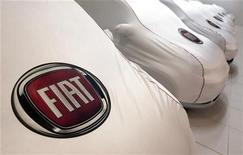 Modelli Fiat, ricoperti da custodie in stoffa con il logo della casa automobilistica torinese, in una concessionaria a Roma. REUTERS/Alessandro Bianchi