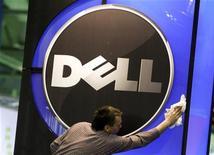 Dell reportó el jueves una caída de las ganancias de un 47 por ciento, dañadas por una caída en las ventas de ordenadores personales y una demanda más débil por parte de las grandes corporaciones. En la imagen de archivo, un hombre limpia el logo de Dell en un centro de exposiciones en Hannover, el 28 de febrero de 2010. REUTERS/Thomas Peter