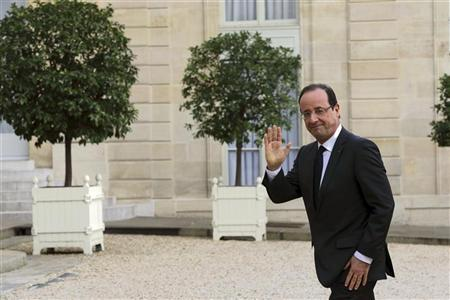 France's President Francois Hollande waves as he walks back to the Elysee Palace after a meeting with Peruvian President in Paris, November 15, 2012. REUTERS/Philippe Wojazer