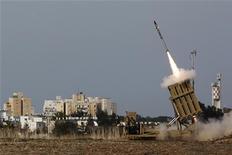 Soldados israelenses lançam míssil contra a Faixa de Gaza em mais um dia de conflitos na região. 16/11/2012 REUTERS/Amir Cohen