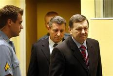Un tribunal de apelación revocó el viernes la condena de los más altos oficiales croatas condenados por crímenes de guerra durante el conflicto de los Balcanes en los años 90. Ante Gotovina, que fue comandante del distrito de Split del Ejército croata, había sido condenado a 24 años de cárcel. La pena de Mladen Markac, un comandante de la policía croata que había sido sentenciado a 18 años de cárcel, también fue anulada. En la imagen, Gotovina (izquierda) y Markac (derecha), entran en el tribunal de La Haya, el 16 de noviembre de 2012. REUTERS/Bas Czerwinski/Pool
