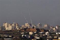 Colunas de fumaças são vistas após foguetes serem lançados do norte da Faixa de Gaza em direção a Israel. 16/11/2012 REUTERS/Ronen Zvulun