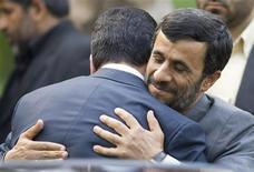 Президент Ирана Махмуд Ахмадинежад обнимает туркменского коллегу Курбанкули Бердымухамедова на встрече в Тегеране 16 июня 2007 года. Туркмения возобновила поставки газа в соседний Иран после короткой остановки, вызванной ремонтными работами, говорится в сообщении Туркменгаза. REUTERS/Morteza Nikoubazl