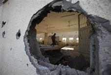 Sirenas de ataque aéreo y una explosión se escucharon el viernes en Tel Aviv, dijeron testigos, tras lo cual militantes de Hamás en la Franja de Gaza dijeron que dispararon un cohete hacia la capital comercial de Israel. En la imagen, un palestino inspecciona una mezquita dañada en un ataque aéreo israelí en Beit Hanoun en el norte de la Franja de Gaza, el 16 de noviembre de 2012. REUTERS/Suhaib Salem