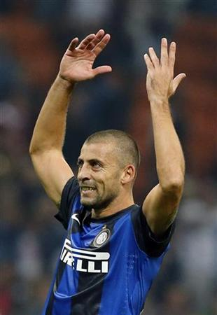 Inter Milan's Walter Samuel celebrates after defeating AC Milan in their Italian Serie A soccer match at San Siro stadium in Milan October 7, 2012. REUTERS/Stefano Rellandini