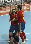 La selección española de fútbol sala se clasificó el viernes para la final del Mundial que se está disputando en Tailandia tras derrotar a Italia por 4-1 en Bangkok. En la imagen, los jugadores españoles celebran un gol en la semifinal contra Italia en Bangkok, el 16 de noviembre de 2012. REUTERS/Chaiwat Subprasom