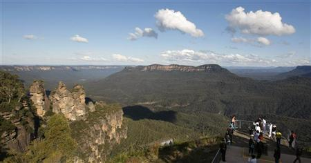 Tourists view a sandstone cliff outcrop known as ''The Three Sisters'' (L) from Echo Point in the Blue Mountains town of Katoomba, about 90 kilometres (56 miles) west of Sydney May 17, 2008. REUTERS/Tim Wimborne