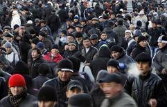 Мусульмане-гастарбайтеры покидают молитву в первый день курбан-байрама в Москве 6 ноября 2011 года. МВФ похвалил правительство Таджикистана за взвешенную бюджетную политику и отказ от масштабных займов, но указал на чрезмерную зависимость его экономики от денежных переводов почти миллиона гастарбайтеров, зарабатывающих в основном в богатой нефтью России. REUTERS/Denis Sinyakov