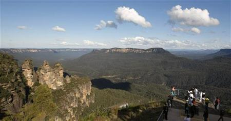 Tourists view a sandstone cliff outcrop known as ''The Three Sisters'' (L) from Echo Point in the Blue Mountains town of Katoomba, about 90 kilometres (56 miles) west of Sydney May 17, 2008. REUTERS/Tim Wimborne/Files