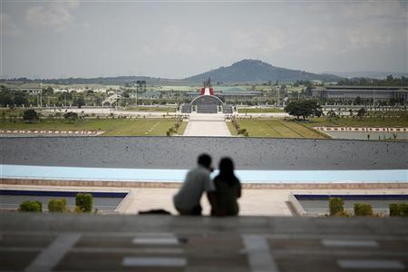 A couple sit in front of a fountain at a military museum in Naypyitaw September 20, 2012. REUTERS/Damir Sagolj