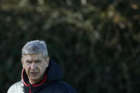 Arsenal manager Arsene Wenger (R) attends a team training session in London Colney, north of London November 5, 2012. REUTERS/Stefan Wermuth/Files