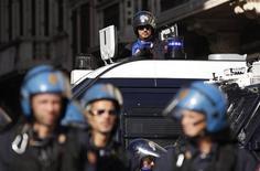 Agenti in tenuta antisommossa vigilano durante la manifestazione dello scorso 14 novembre a Roma. Si precisa che la foto ha solo scopo illustrativo della notizia. REUTERS/Tony Gentile