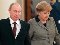 El presidente ruso, Vladimir Putin, rechazó el viernes las críticas alemanas sobre su historial en derechos humanos, mientras la canciller, Angela Merkel, iniciaba su visita a Moscú en un momento de tensión en las relaciones entre ambas potencias. En la imagen, el presidente ruso, Vladimir Putin, y la canciller alemana, Angela Merkel, durante su reunión en Moscú, el 16 de noviembre de 2012. REUTERS/Maxim Shemetov