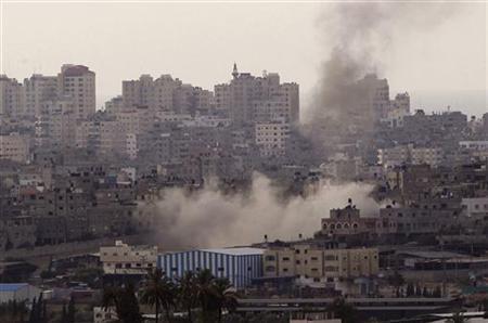 Smoke rises following an Israeli strike in the Gaza Strip November 16, 2012. REUTERS/Ronen Zvulun (ISRAEL - Tags: POLITICS CIVIL UNREST MILITARY)