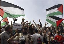 Manifestantes egípcios cantam hinos e acenam bandeiras palestinas durante protesto contra a operação militar de Israel na Faixa de Gaza, na Praça Tahrir, Cairo. 16/11/2012 REUTERS/Mohamed Abd El Ghany
