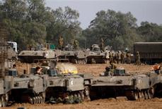 Israel reunía tanques y tropas frente a Gaza y el Ejército dijo el viernes que ha llamado a 16.000 reservistas, signos de una posible invasión inminente del enclave palestino tras 48 horas de ataques aéreos. En la imagen, soldados israelíes preparan transportes blindados de tropas cerca de la frontera con la Franja de Gaza, el 16 de noviembre de 2012. REUTERS/Ronen Zvulun