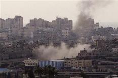 Fumo dopo un raid aereo israeliano nella striscia di Gaza. REUTERS/Ronen Zvulun