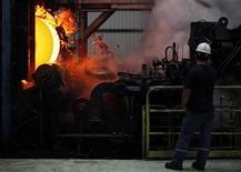 Рабочий на турецком металлургическом предприятии в Искендеруне 6 мая 2010 года. Один из крупнейших производителей стали в РФ Магнитогорский металлургический комбинат остановил работу убыточного горячего комплекса турецкого завода Metalurji, объяснив это желанием повысить экономическую эффективность предприятия. REUTERS/Umit Bektas