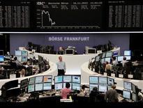 Las bolsas europeas se hundieron el viernes hasta su nivel más bajo en tres meses y medio y encadenaron su peor semana desde finales de septiembre, por las continuas preocupaciones sobre las perspectivas fiscales en Estados Unidos y la crisis de la eurozona. En la imagen, operadores en sus mesas frente al índice DAX de la Bolsa de Fráncfort, el 16 de diciembre de 2012. REUTERS/Remote/Lizza David
