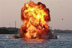 Una immagine di archivio di un incendio in mare. REUTERS/Sivaram V