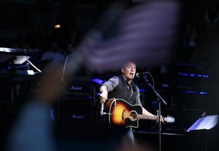 Bruce Springsteen performs for U.S. President Barack Obama at an election campaign rally in Columbus, Ohio, November 5, 2012, on the eve of the U.S. presidential elections. REUTERS/Jason Reed