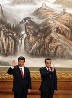 China's new Politburo Standing Committee members Xi Jinping (L) and Li Keqiang wave to the press at the Great Hall of the People in Beijing, November 15, 2012. REUTERS/Carlos Barria