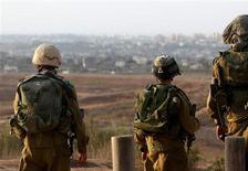 Los ministros israelíes apoyaron el viernes la convocatoria de 75.000 reservistas después de que milicianos palestinos disparasen un cohete que estuvo cerca de caer en Jerusalén por primer vez en décadas, y disparasen a Tel Aviv por segundo día consecutivo. En la imagen, soldados israelíes patrullan cerca de la frontera con la Franja de Gaza, el 16 de noviembre de 2012. REUTERS/Ronen Zvulun