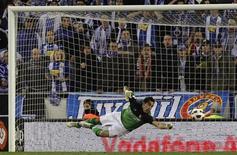 El portero chileno de la Real Sociedad Claudio Bravo ha ampliado su contrato dos años más, hasta 2017, dijo el viernes el club español. En la imagen de archivo, Claudio Bravo realiza una estirada en un partido entre la Real Sociedad y el Espanyol el 26 de febrero de 2011. REUTERS/Albert Gea